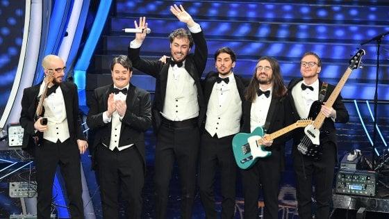"""Pinguini Tattici Nucleari, Bergamo festeggia il terzo posto a Sanremo della band: e Gori fa il """"sindaco-tifoso"""""""