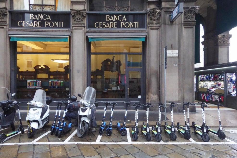 """I monopattini elettrici """"rubano"""" i posti agli scooter in piazza Duomo a Milano: e i motociclisti non la prendono bene"""