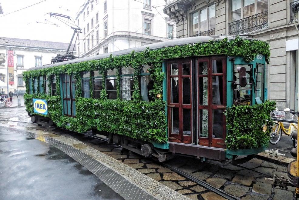 Un tram tutto verde per annunciare la primavera: l'iniziativa di Ikea a Milano