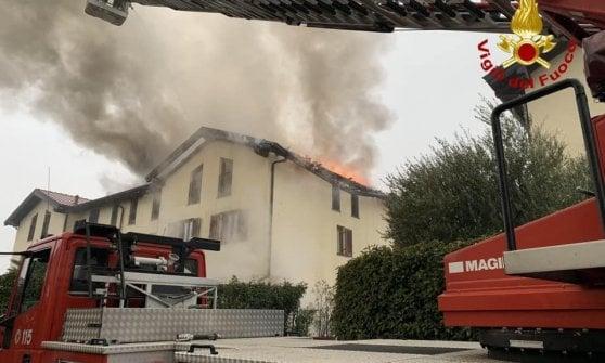 Va a fuoco il tetto di una villetta in Brianza: danni ingenti per le fiamme