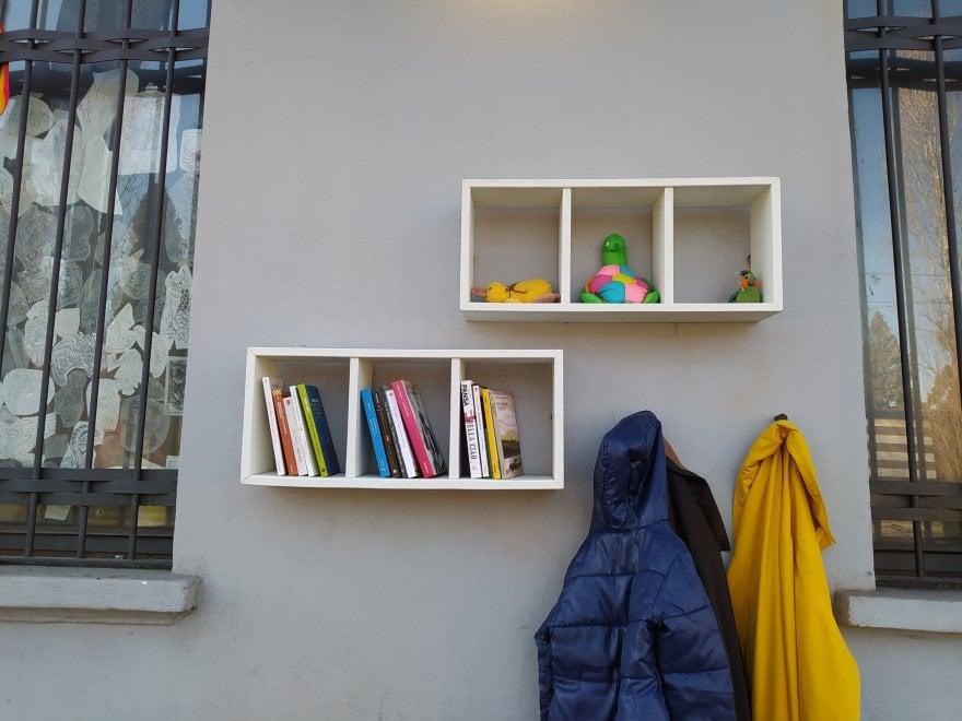 Diecimila vestiti per chi ne ha bisogno lasciati in dono sul Muro della gentilezza a Milano
