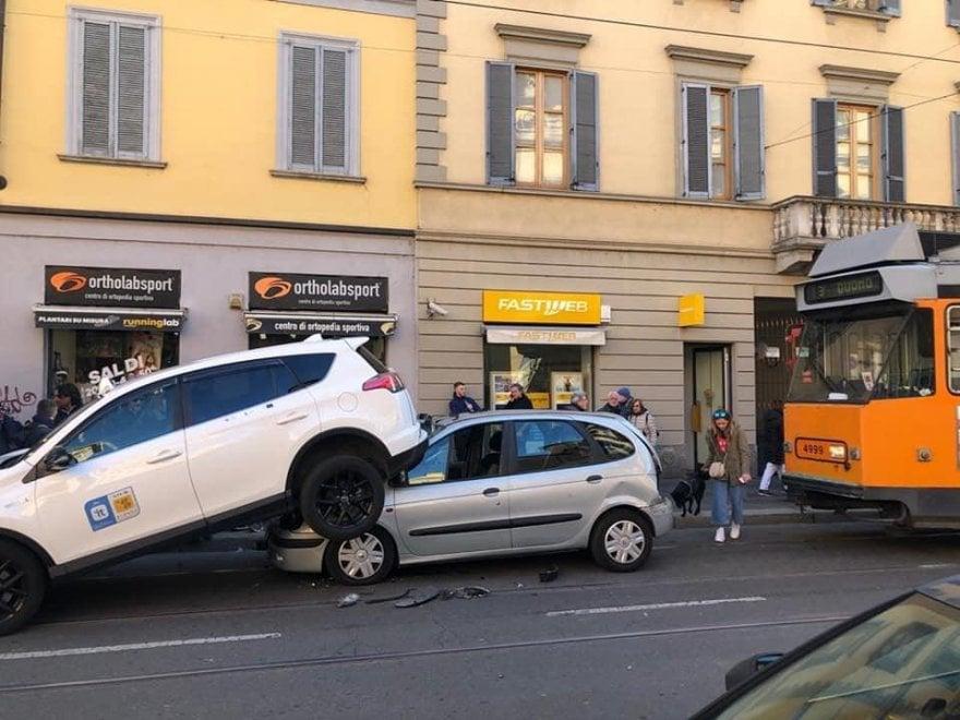 Milano, il conducente del tram ha un malore: tamponamento a catena in corso San Gottardo