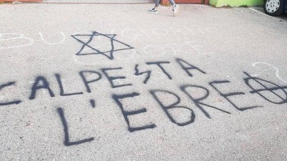 """Scritte antisemite, lo sfogo di Fiano: """"Grazie a tutti per la solidarietà, ma alla fine noi ebrei siamo soli"""""""