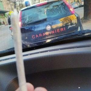 Fotografano lo spinello vicino all'auto dei carabinieri e vengono denunciati