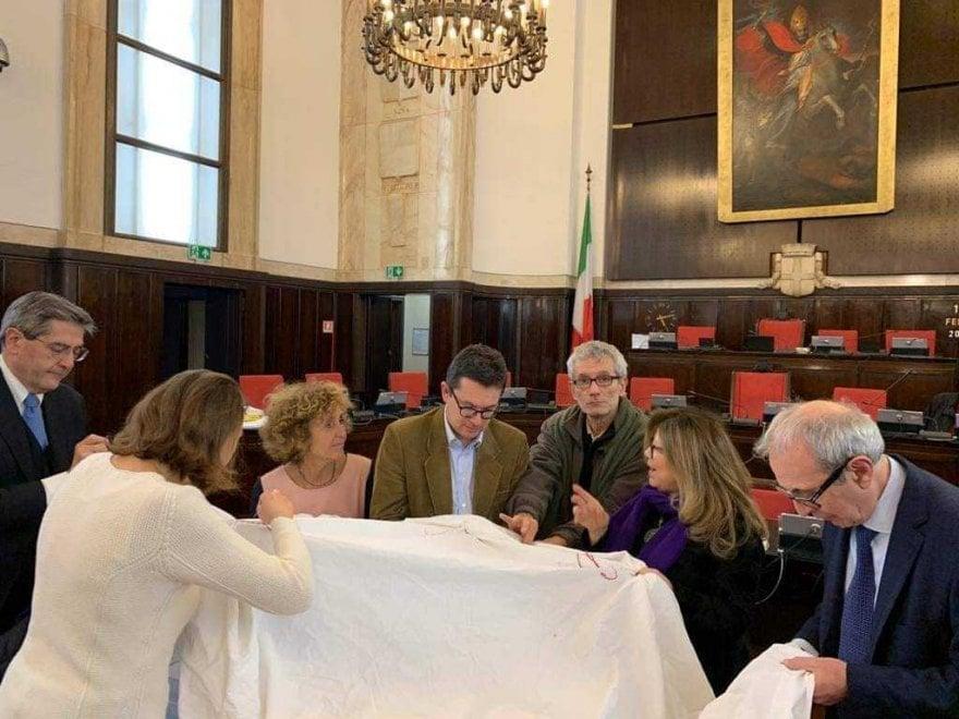 Lenzuoli sospesi contro la violenza sulle donne: assessori e consiglieri alla prova del cucito a Milano