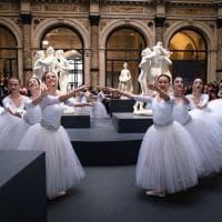 Le ballerine classiche tra i marmi di Canova: l'esibizione improvvisa tra i visitatori delle Gallerie d'Italia