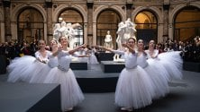 Le ballerine tra i marmi di Canova: l'esibizione improvvisa tra i visitatori delle Gallerie d'Italia