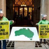 """Milano, sit-in di Greenpeace davanti a Intesa Sanpaolo: """"Fermate i finanziamenti alla multinazionale che inquina"""""""