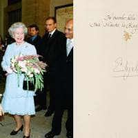 La regina Elisabetta e Nilde Jotti, Mitterrand e Morales: messaggi e firme ricordo sul libro d'onore del Comune di Milano