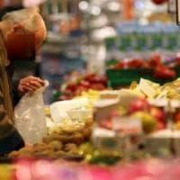 Coppia di anziani sorpresa a rubare al super per fame: i carabinieri fanno una colletta per la spesa