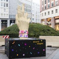 Una mano gigante di mattoncini Lego: installazione per la Fashion Week in piazza San Babila
