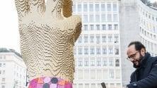 La mano gigante fatta di Lego: installazione per la Fashion Week in piazza San Babila