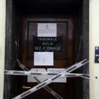 Avvocato vuole entrare in tribunale a Milano con una pistola