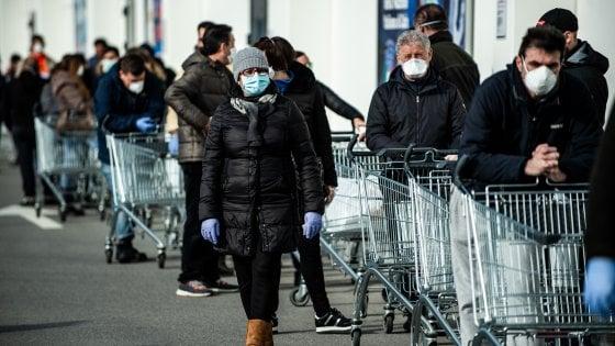 Coronavirus, nei supermercati code alle casse e scaffali di acqua e gel vuoti. A Sesto la Coop fa entrare solo chi ha la mascherina
