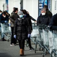 Code alle casse, scaffali di acqua e gel vuoti: l'emergenza Coronavirus
