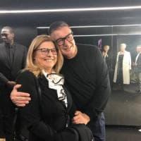 Dolce & Gabbana non rinunciano alla sfilata e abbracciano la virologa che