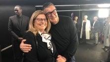 Dolce & Gabbana non rinunciano alla sfilata e abbracciano la virologa che studia il coronavirus
