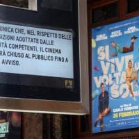 Coronavirus, Milano chiusa per precauzione: cartelli su musei e negozi, gente in giro con la mascherina