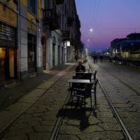 Locali chiusi e poca gente: l'effetto coronavirus sui Navigli di Milano nel primo lunedì dell'ordinanza