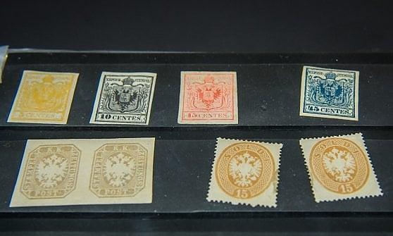 La polizia di Milano recupera 24 francobolli rubati a Roma, valgono fino a 400 mila euro
