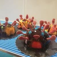 """Il gelataio crea la 'corona cake': """"Un modo per strappare un sorriso in questo momento di tensione"""""""