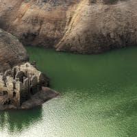 Il lago si abbassa e vengono a galla le rovine della vecchia frontiera