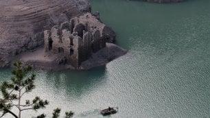 Il lago si abbassa: emergono le rovine della vecchia frontiera