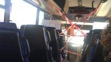 Gli autobus extra-urbani con i posti guida isolati dai nastri rossi e bianchi