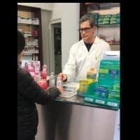 """Scaffali di gel disinfettanti vuoti per emergenza coronavirus, la farmacia a Milano lo regala ai clienti: """"Fatto da noi, portate la boccetta"""""""