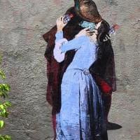 Il bacio di Hayez ma con mascherina, l'opera di TvBoy sull'amore al tempo del coronavirus