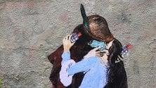Il bacio di Hayez ma con mascherina, l'opera di TvBoy sul coronavirus  di FRANCESCA ROBERTIELLO