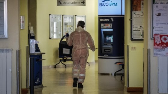 """Coronavirus in Lombardia, zoccoli sanitari in dono a medici e infermieri di Codogno: """"Sono veri eroi, meritano il nostro sostegno"""""""