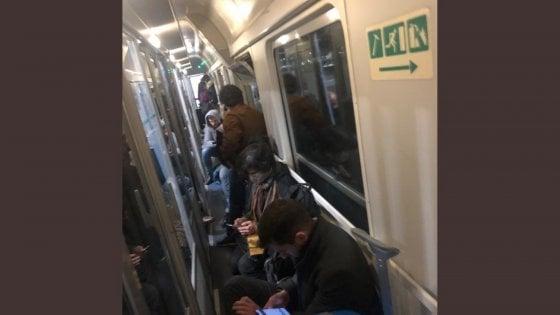 """Coronavirus, la Lombardia diventa """"zona rossa"""": fuga da Milano sui treni notturni, poi in stazione torna la calma"""