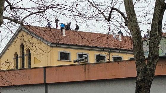 Coronavirus, rivolta a Milano nel carcere di San Vittore: detenuti sui tetti. Distrutto un ambulatorio. Tensione anche a Bollate: uffici sfasciati