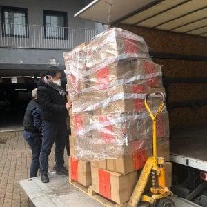 Coronavirus in Lombardia, la comunità cinese di Milano dona 40 mila guanti monouso e 100 tute protettive