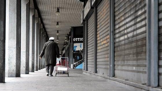 """A Milano denunciato un senzatetto per strada: """"Violato il decreto coronavirus"""". Ronda della carità: """"Non sanno più dove andare"""""""