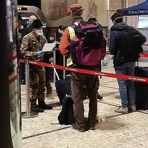 """Coronavirus, nuova """"fuga"""" da Milano: treni per il Sud affollati"""