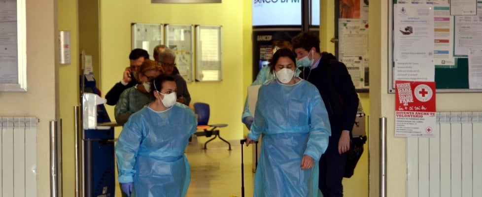 """Coronavirus, l'allarme di Gallera: """"Punto di non ritorno vicino per le terapie intensive"""". La Regione attacca la Protezione civile: """"Mascherine? Ci avete mandato fazzoletti di carta"""""""