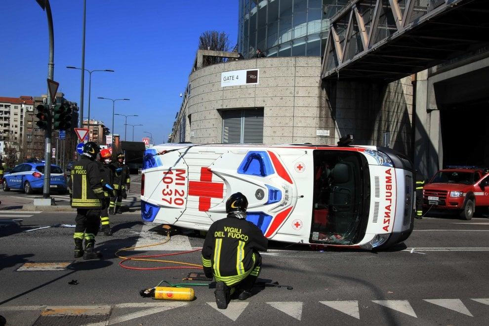 Ambulanza a sirene spiegate per una chiamata di soccorso si ribalta dopo lo scontro con un'auto