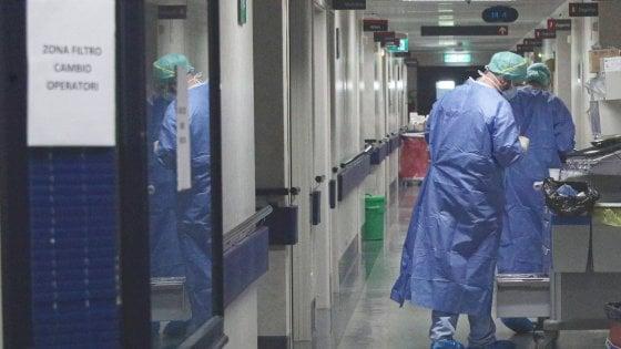 """Coronavirus, a Treviglio medici e infermieri benedicono pazienti in fin di vita: """"Il nostro sacerdote è in quarantena"""""""