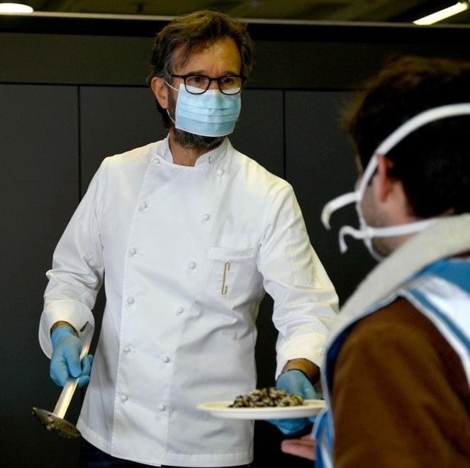 Coronavirus, lo chef Cracco cucina per gli operai al lavoro per il nuovo ospedale alla Fiera di Milano