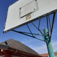 Coronavirus, troppi ragazzi al campo da basket: la sindaca del Varesotto fa smontare i canestri