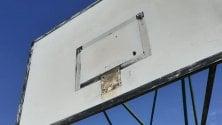 Troppi ragazzi al campo da basket: la sindaca fa smontare i canestri