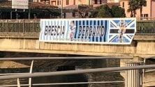 """Strappato lo striscione sul ponte tra Bergamo e Brescia: """"Vergogna"""""""