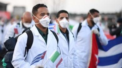 """Arrivati i medici e gli infermieri cubani: la """"brigata"""" va a Crema   · Video"""