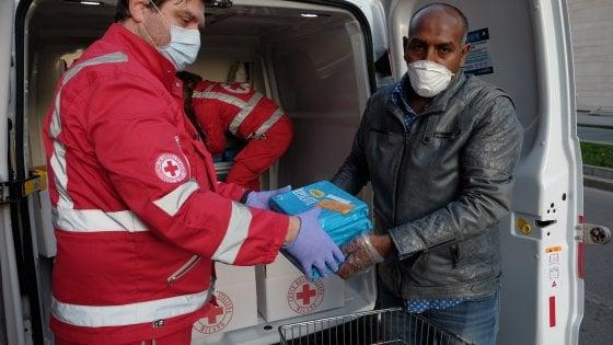 """Coronavirus, la comunità etiope di Milano dona cibo alla Croce Rossa: """"Ci avete salvati dal mare, adesso noi aiutiamo voi"""""""