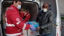 """La comunità etiope dona cibo alla Croce Rossa: """"Ci avete salvati dal mare, adesso noi aiutiamo voi"""""""