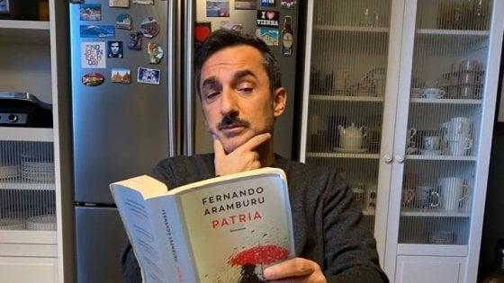 """Coronavirus, a casa di Nicola Savino: """"Canto sul balcone Cochi e Renato, leggo e sto con la mia famiglia"""""""