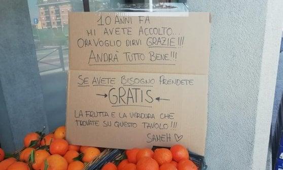 """Coronavirus, il fruttivendolo Sameh regala arance e verdure: """"Dieci anni fa mi avete accolto in Italia, così voglio dirvi grazie"""""""
