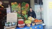 """Sameh regala frutta e verdura: """"Dieci anni fa mi avete accolto in Italia, così voglio dirvi grazie"""""""